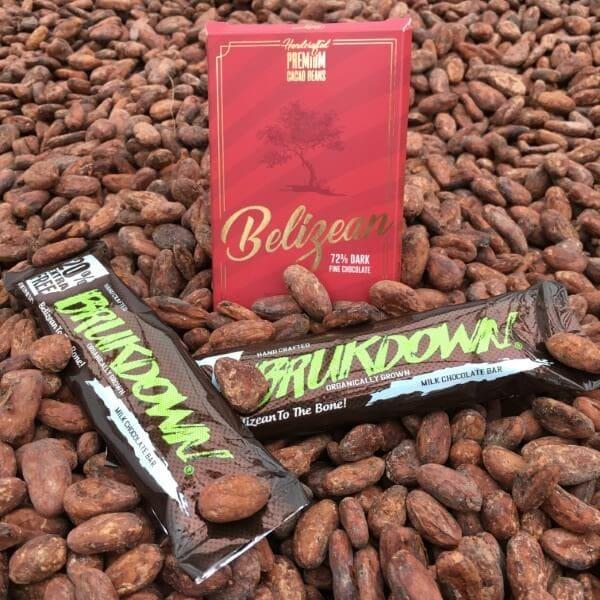 Beliceño y Brukdown con granos de cacao